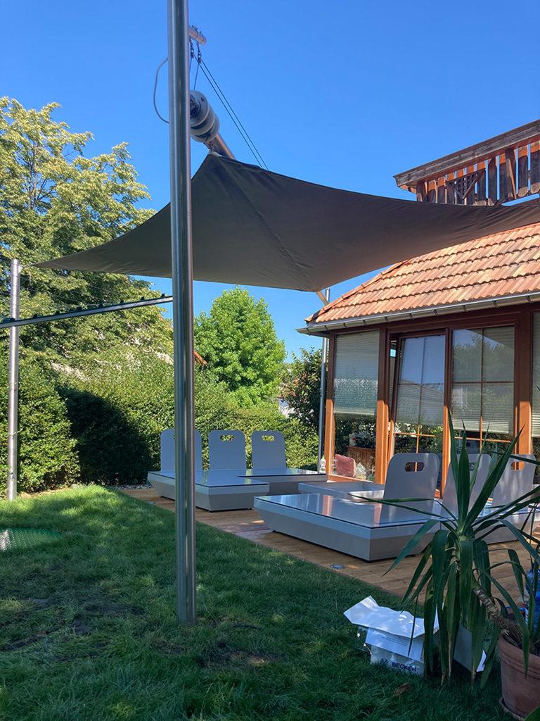 Gespanntes aufrollbares Sonnensegel auf der Terrasse
